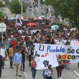 Un grupo de estudiantes marchan por el corredor universitario para exigir al Gibierno el cumplimiento de acuerdos.