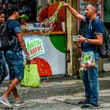 Un vendedor ambulante ofrece sus productos.