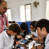 El profesor Francisco Lara se apoya de herramientas tecnológicas para que un grupo de estudiantes de la Escuela Normal La Hacienda realice una actividad en la clase de matemática.