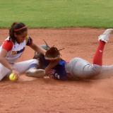 La pequeña Irene Rabasco Márquez sacando un out desde la segunda base            en el juego en el que Venezuela derrotó ayer por nocaut 19-7 a Dominicana.