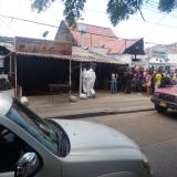 Agentes del CTI en las afueras del restaurante en cuyo interior fue asesinada la lideresa wayuu Oneida Epiayú.