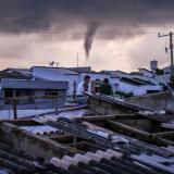 En video | Vendaval afecta 27 casas en el barrio Los Nogales