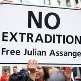 Los manifestantes protestan frente al Tribunal de Magistrados de Westminster en Londres, donde el fundador de WikiLeaks, Julian Assange, asistió a una audiencia de gestión de casos mientras lucha contra la extradición a los Estados Unidos.
