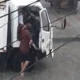 En video | En medio de la lluvia atracan vehículo en Simón Bolívar