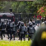 Momento en que fuerzas de la Policía ingresan a la Universidad del Atlántico.
