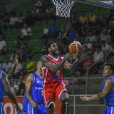 El dominico-estadounidense Luis Jacobo (centro) es uno de los grandes referentes de los Titanes de Barranquilla en la presente temporada del baloncesto criollo.