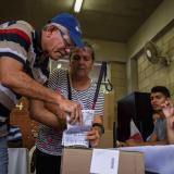 Un ciudadano depositó su voto en una de las urnas instaladas en un puesto de votación habilitado por la Registraduría Nacional del Estado Civil para las elecciones locales realizadas en octubre de 2015.