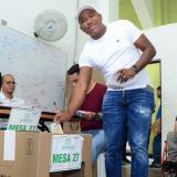 Gersel Pérez depositando su voto durante las elecciones de este domingo.