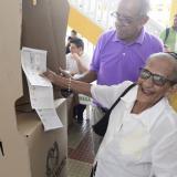 Rosina Pallares, de 95 años, durante su votación.