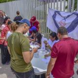 Varias mujeres llenan las planillas de votantes en un improvisado comando cerca a la calle 30.