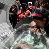 Familiares lloran a uno de los 4 guardias asesinados en la masacre de Tacueyó.