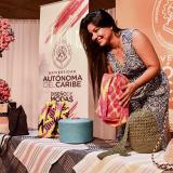 Erlinda Geraldino, una de las desarrolladoras del proyecto, posa con algunos productos en el evento.