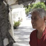 Nancy Ariza señala el polisombra que,afirma, le quemaron los cobradiarios.