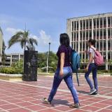 Estudiantes caminan en la sede norte de la Universidad del Atlántico.