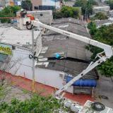 Un operario realiza adecuaciones en las redes de energía en un sector de la ciudad de Barranquilla.