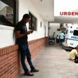 Julio Cesar Guerrero espera en la zona de urgencia tras recibir la noticia de la muerte de su hija.