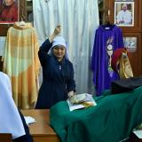 Monjas costureras de Bangkok dan el toque final a prendas del papa