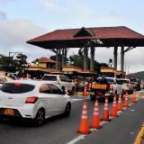 Varios vehículos pasan por el peaje de Puerto Colombia. Este lunes seguían pagando las tarifas reajustadas.