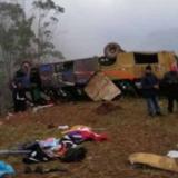 Mueren 19 personas tras la caída de un bus a un precipicio en Perú