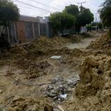 Vecinos de la zona aseguran verse afectados por los escombros y los daños en los andenes que dificultan transitar por allí.