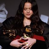 Rosalía reina en un Grammy Latino con poco reguetón y gestos de protesta por Chile