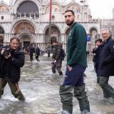 La selección italiana visita Venecia tras las graves inundaciones