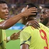 El delantero cordobés Alfredo Morelos celebrando su gol ante Perú junto a Roger Maertínez y Stiven Mendoza.