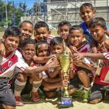 Los niños del equipo River Plate del barrio El Ferry posan con el trofeo de campeón luego de vencer 6-5 a Juventud Soledad.