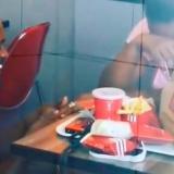 En video | Se burlaron de él porque pidió matrimonio en un KFC y ahora tendrá millonarios obsequios
