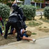 Momento en el que el reportero gráfico Charlie Cordero fue retenido por miembros del Esmad.