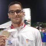 El nadador Cardenio Fernández con una medalla.