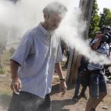 Un vecino del presidente chileno, Sebastián Piñera, es rociado con un extintor de incendios por manifestantes cerca de la casa del mandatario.