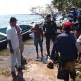 La Policía con algunos de los capturados.