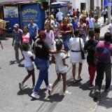 Personas atraviesan una calle en el sector del Paseo Bolívar en el centro de Barranquilla.