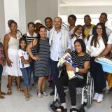 Durante la salida de los padres y el bebé, familiares acompañaron la partida de la familia a su hogar.