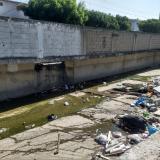 Las basuras y escombros arrojados al arroyo generan malos olores.