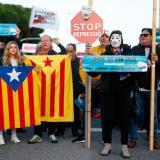 Cientos de personas cortan el tráfico a las puertas del Camp Nou