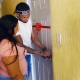 Zambrano abriendo la puerta de su nueva casa junto con su madre, Miladis.