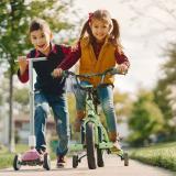 Las bicicletas, los patines y las patinetas requieren de una movilización del cuerpo para disfrutarlos y a su vez, si se usan en grupo, ayudan a desarrollar habilidades sociales al interactuar con los demás niños.