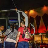 El bus de turismo hizo su primera parada en la Plaza de la Paz y la Catedral Metropolitana.