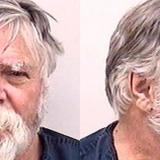 Un curioso Papá Noel felicita la Navidad arrojando dinero robado a transeúntes en EEUU