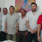 El nuevo alcalde de San Benito, Manuel Cadrazco, segundo de izquierda a derecha, minutos después de firmar el acta de posesión.