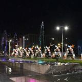 La zona peatonal de la nueva Gran Plaza de la Paz cuenta con un camino de luces.