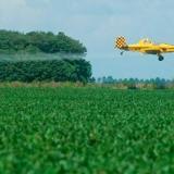 Fumigación aérea con glifosato sobre cultivos.