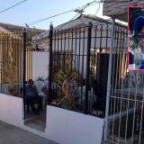 Fachada de la casa donde fue asesinada la docente Llorelys del Carmen Vanegas Herrera (recuadro).