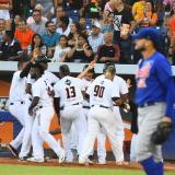 Los Gigantes de Barranquilla celebrando la sexta carrera del tercer juego de la serie semifinal ante los Caimanes.