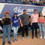 El gobernador Orlando Benítez, y el alcalde Carlos Ordosgoitia acompañados de sus esposas Marta Ruiz y Antonella Vega.