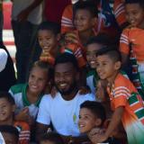 Luis 'Cariaco' González rodeado de niños.