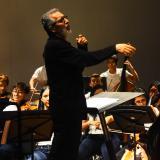 El director colombiano Adrián Chamorro durante el concierto de La Joven en Barranquilla.