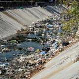 Basuras estancadas en el arroyo Don Juan.